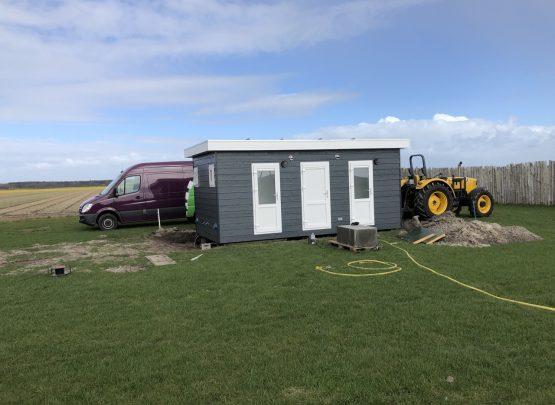 Een nieuw toiletgebouw erbij: vier extra privé sanitairplaatsen